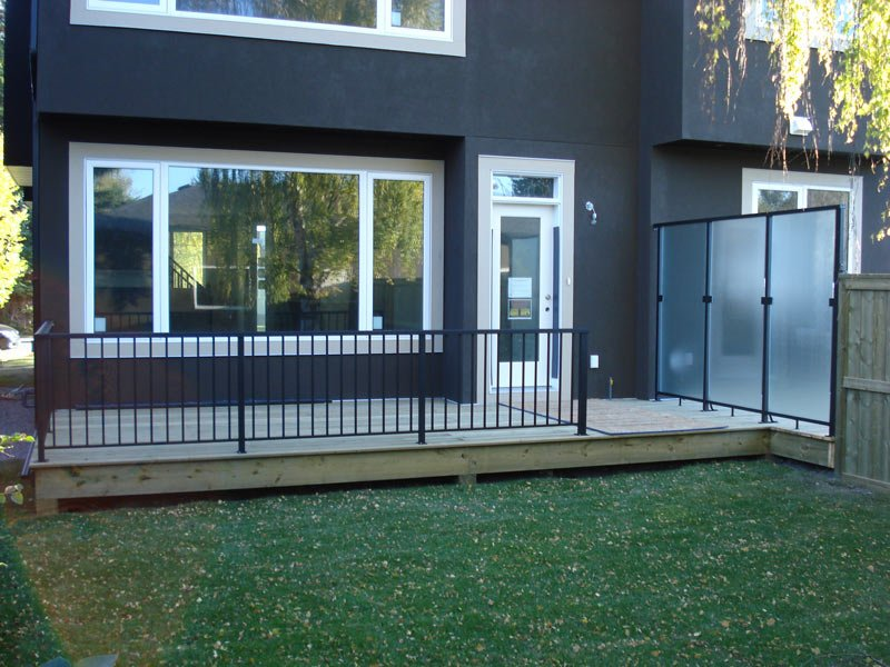 Backyard Sun Deck With Aluminum Railing And Privecy Wall | Mountain View Sun Decks