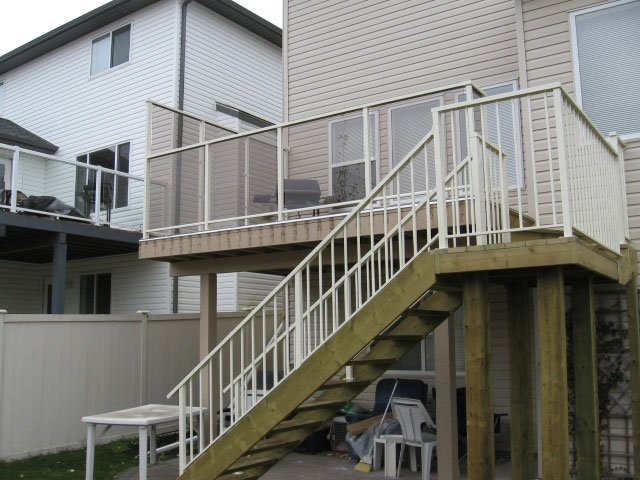 Glass Railing With Wind Protector And Aluminum Picket Railing | Mountain View Sun Decks
